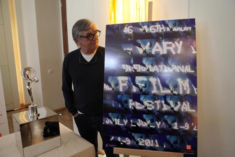 Jiří Bartoška představuje plakát 46. ročníku MFFKV