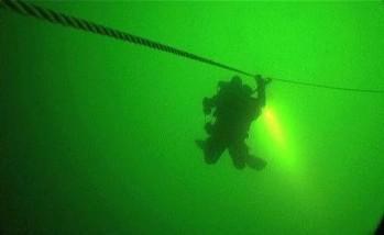 Potápeč míří k vraku lodi