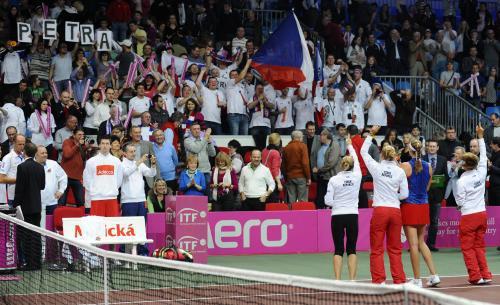 Český fedcupový tým slaví