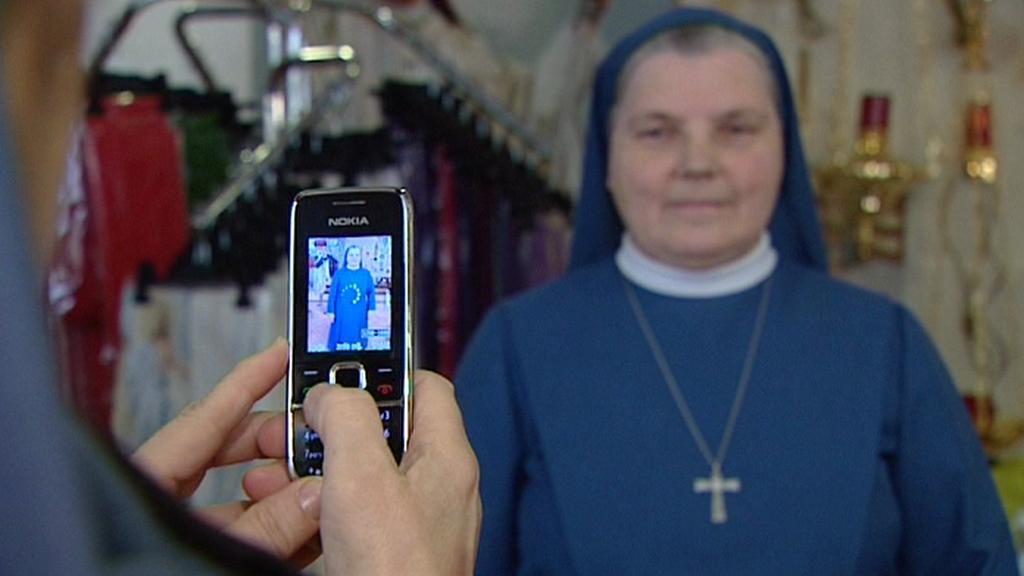 Jeptišky se fotí na papežův portét