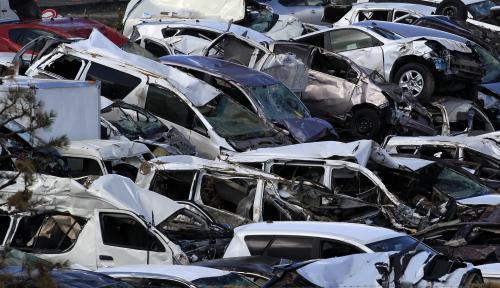 Vraky aut po zemětřesení