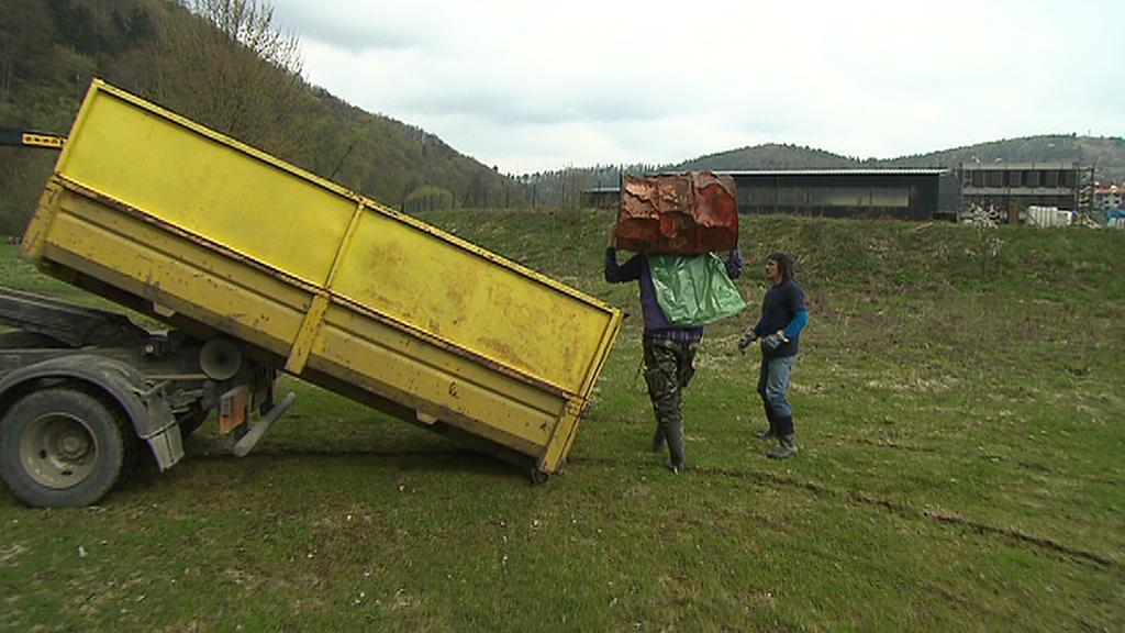 Kontejner s odpadky z řeky Sázavy