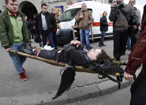 Zraněná žena po výchuchu v metru v Minsku