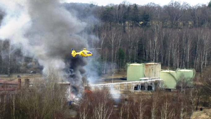 Záchranný vrtulník nad místem exploze