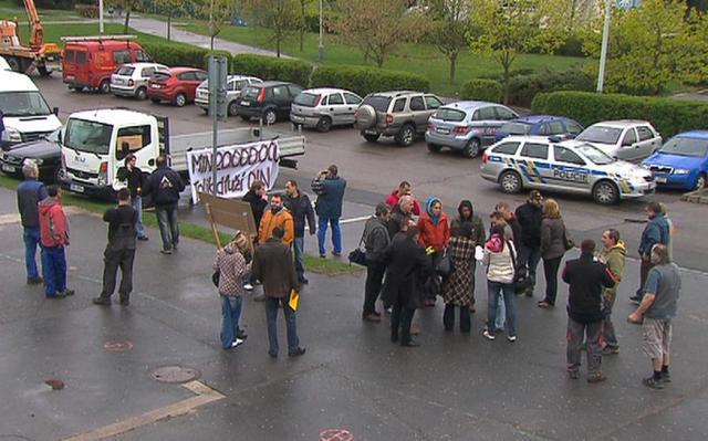 Demonstrace před školou Dino Schools of Prague