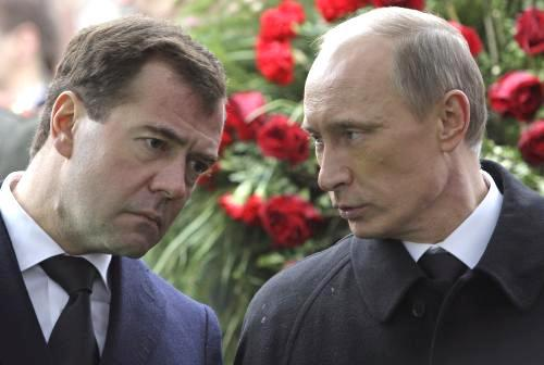 Dmitrij Medvěděv a Vladimir Putin na pohřbu Viktora Černomyrdina