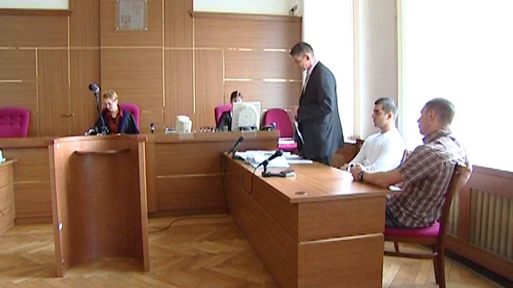 Obžalovaní policisté u soudu