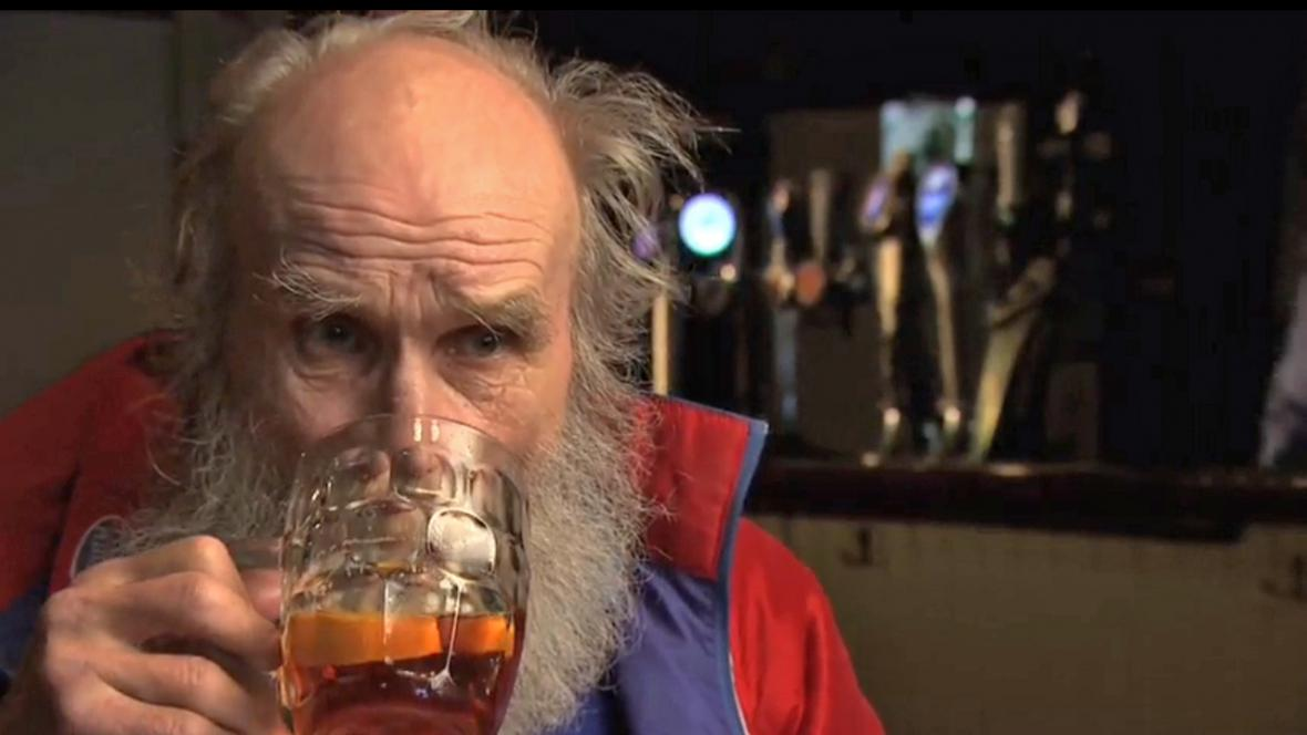 Buster Martin si s chutí dal pintu piva