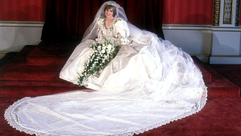 Diana Spencerová ve svatebních šatech od Elizabeth Emanuelové