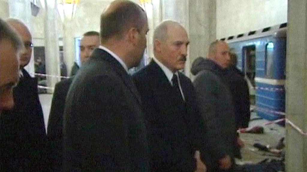 Alexandr Lukašenko na místě výbuchu v minském metru