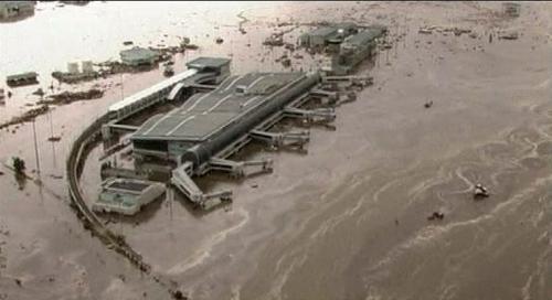 Japonské letiště Sendai obklopené vodou