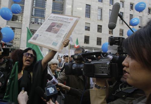 Příznivci Silvia Berlusconiho před milánským soudem