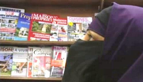 Zahalená muslimka v obchodě