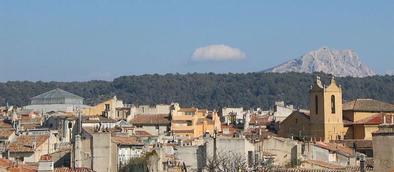 Aix-en-Provence a hora St. Victoire v pozadí