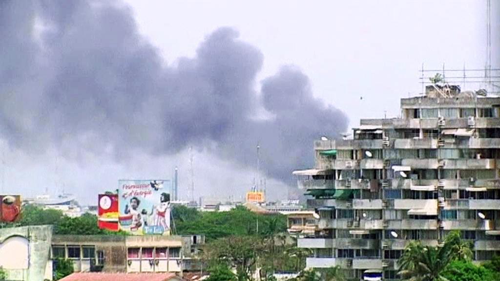 Dým nad prezidentským palácem v Pobřeží slonoviny