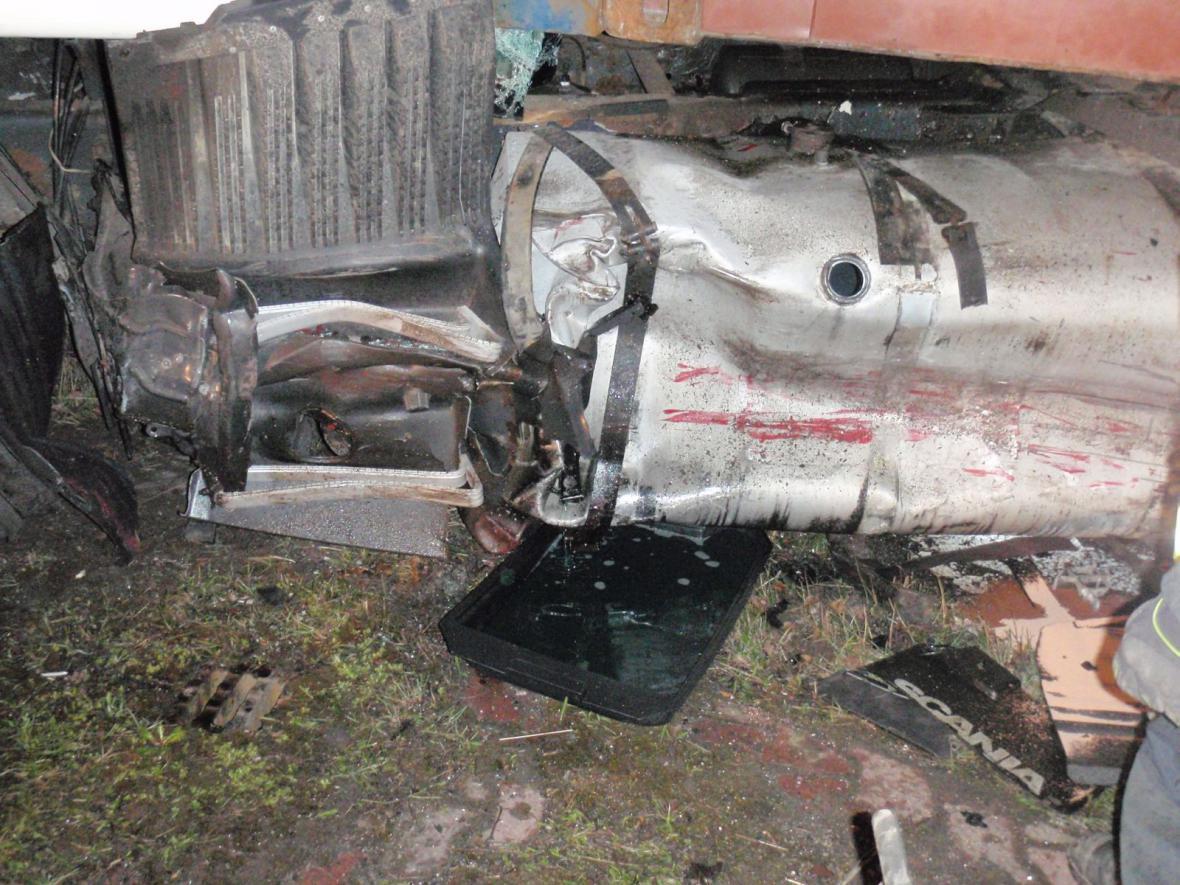 Poškozená nádrž kamionu