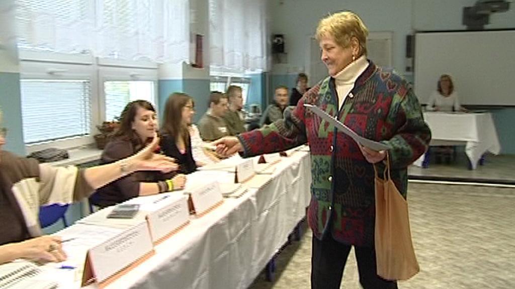 Volička při volebním aktu