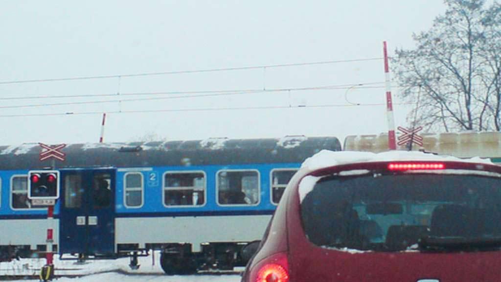 Vlak projíždí přes přejezd