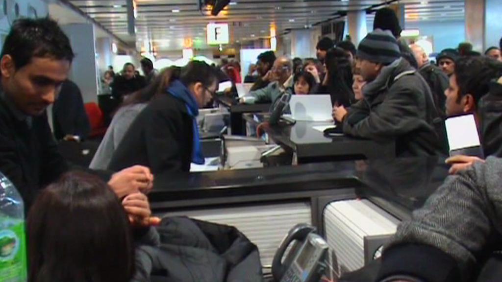 Cestující čekají na letištích