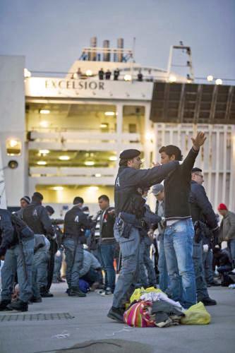 Italská policie prohledává severoafrické imigranty na Lampeduse