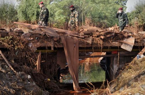 Most v maďarském Devecseru znečištěný kalem