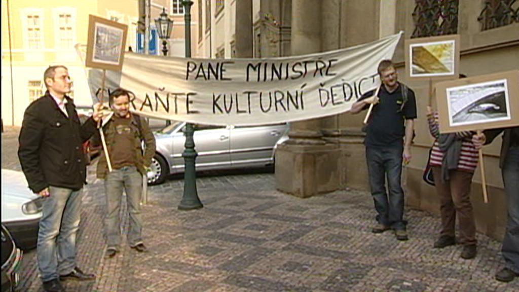Protest proti bourání mostu