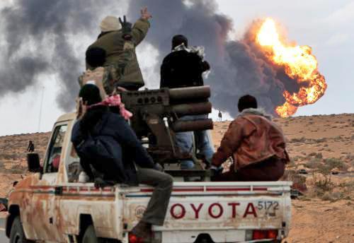 Hořící libyjské ropné zařízení