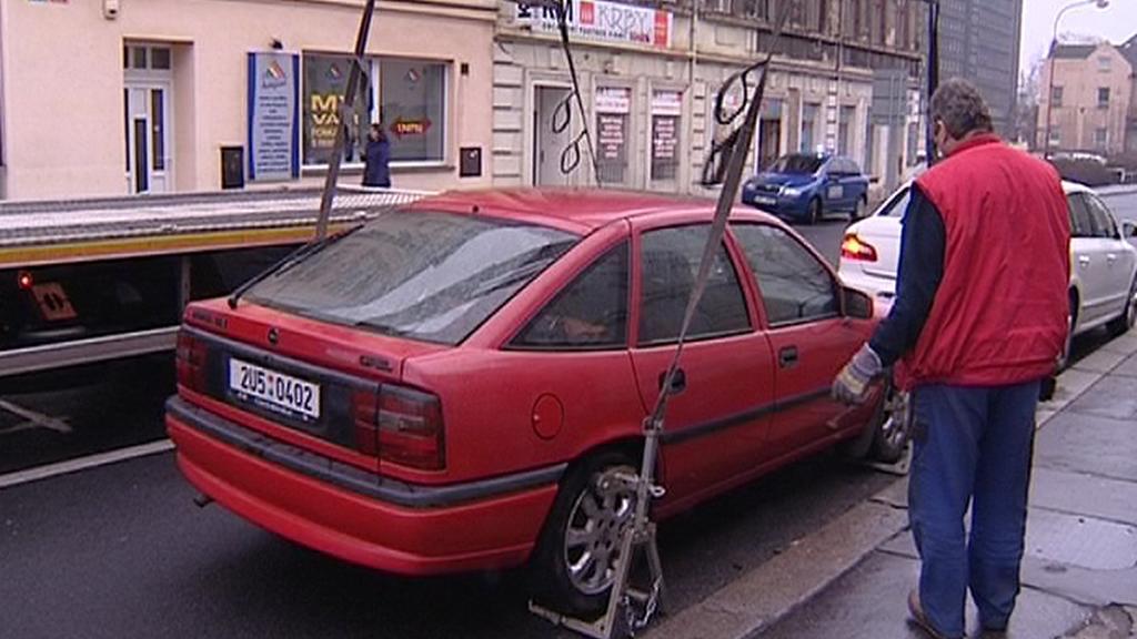 Pracovní odtahové služby kontroluje auto