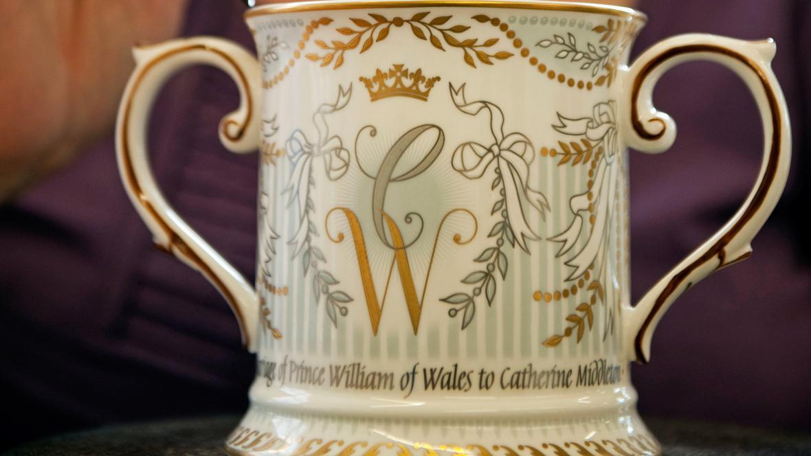 Pohár lásky připomínající britskou královskou svatbu