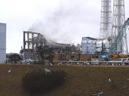 Kouř nad reaktory ve Fukušimě