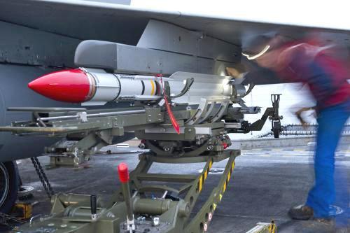 Raketa Mica na francouzské stíhačce Rafale