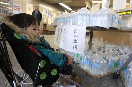 V Japonsku dostávají rodiny s dětmi balenou vodu