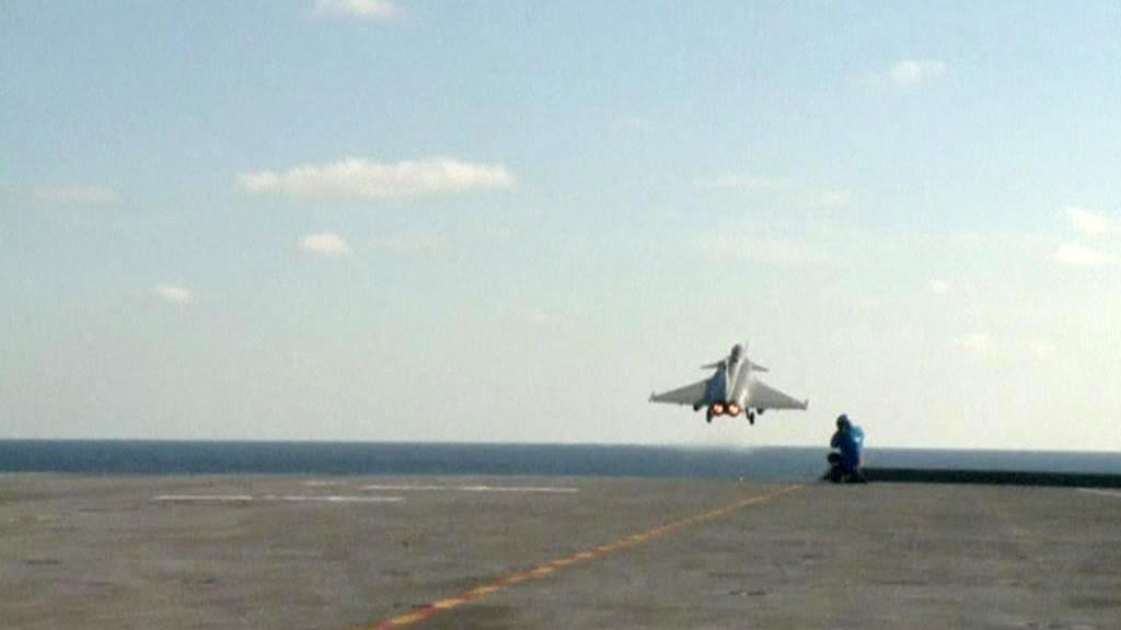 Francouzská stíhačka Rafale startuje z letadlové lodi Charles de Gaulle