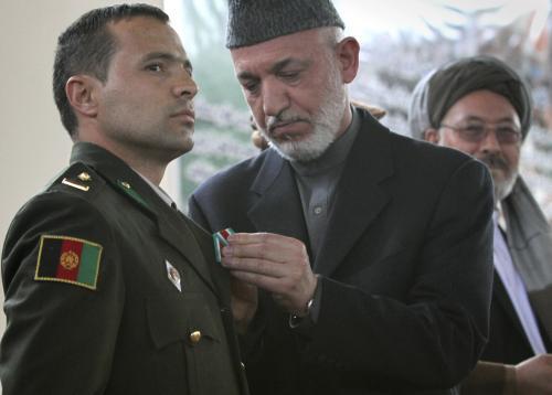 Hamíd Karzáí vyznamenává afghánského vojáka