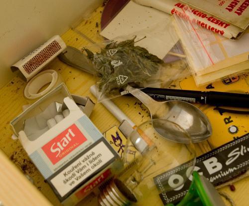 Drogy nalezené na studentském internátu