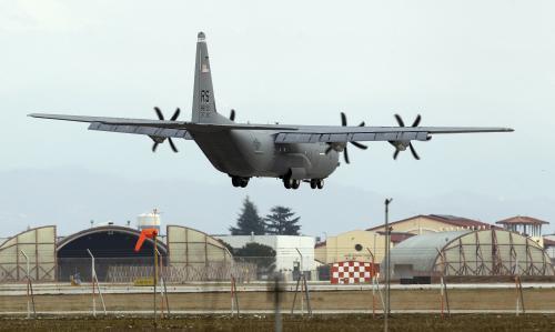 Nákladní letadlo C-130 přistává na italské vojenské základně v Avianu