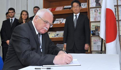 Prezident uctil oběti japonské katastrofy