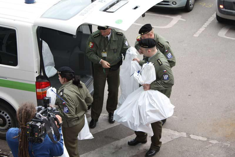 Policisté vykládají zabavené věci