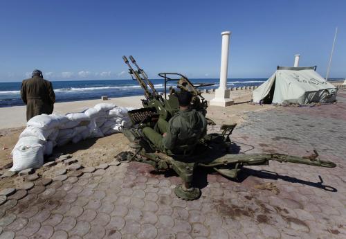 Kaddáfího odpůrci hlídají ve městě Benghází pobřeží kvůli možnému útoku libyjské armády