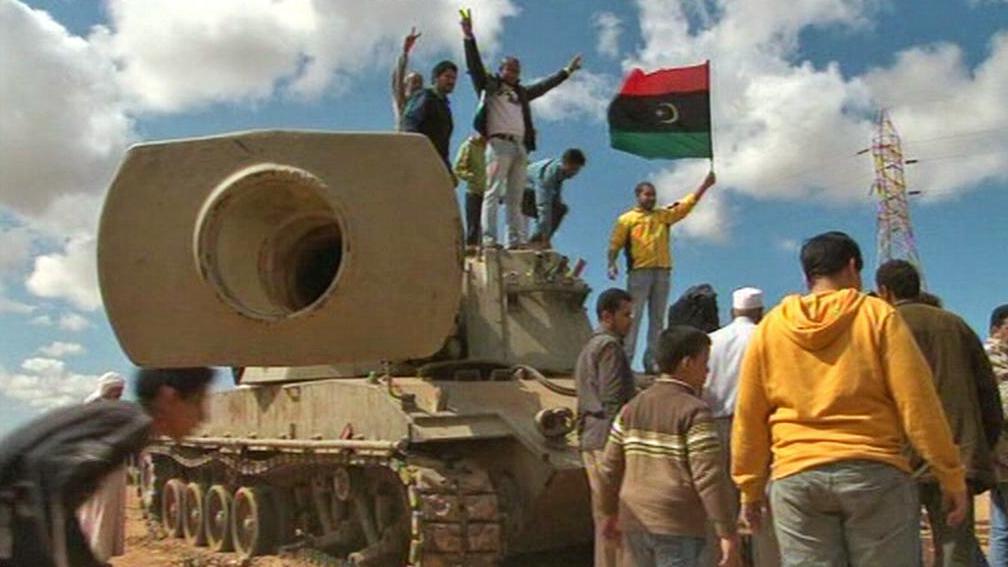 Libyjští povstalci v Benghází