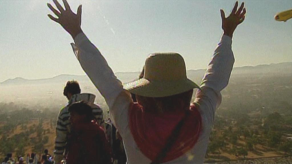 Lidé čerpají energii u mexických pyramid