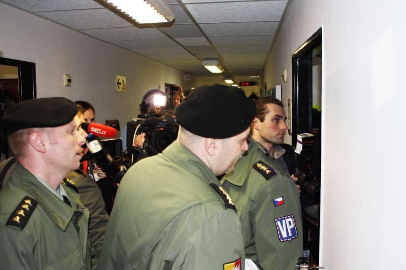 Vojenská policie před redakcí
