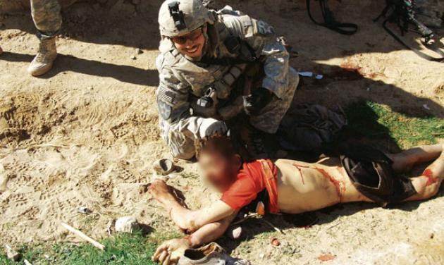 Skandální fotografie amerických vojáků se zabitým afghánským civilistou