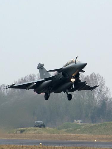 Francouzský letoun startuje na misi v Libyi