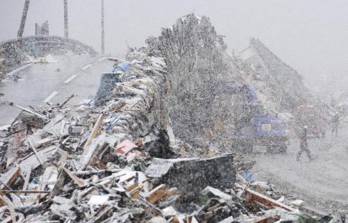 Záchranné práce ztěžuje silné sněžení
