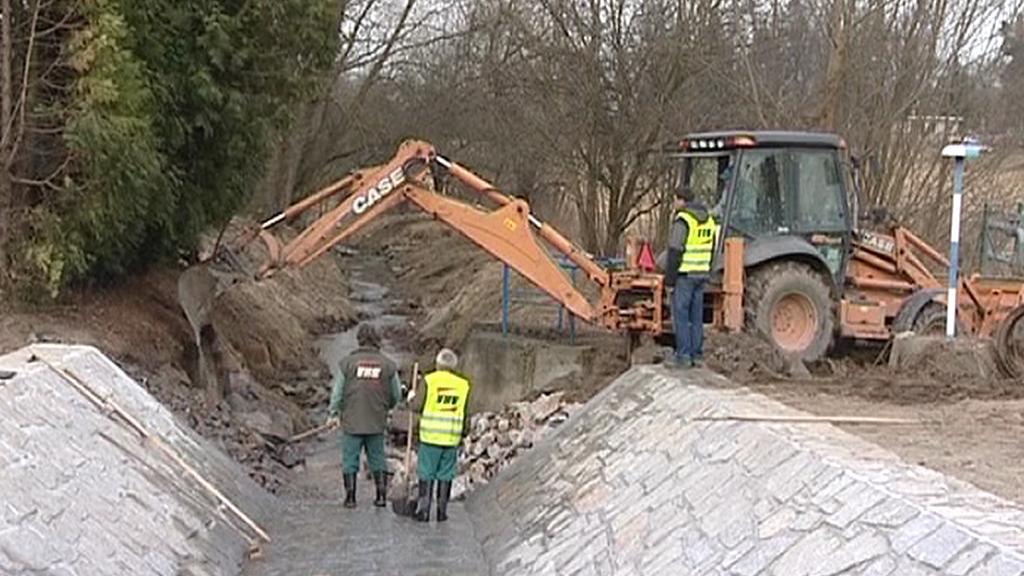 Vodohospodáři zpevňují břehy potoka