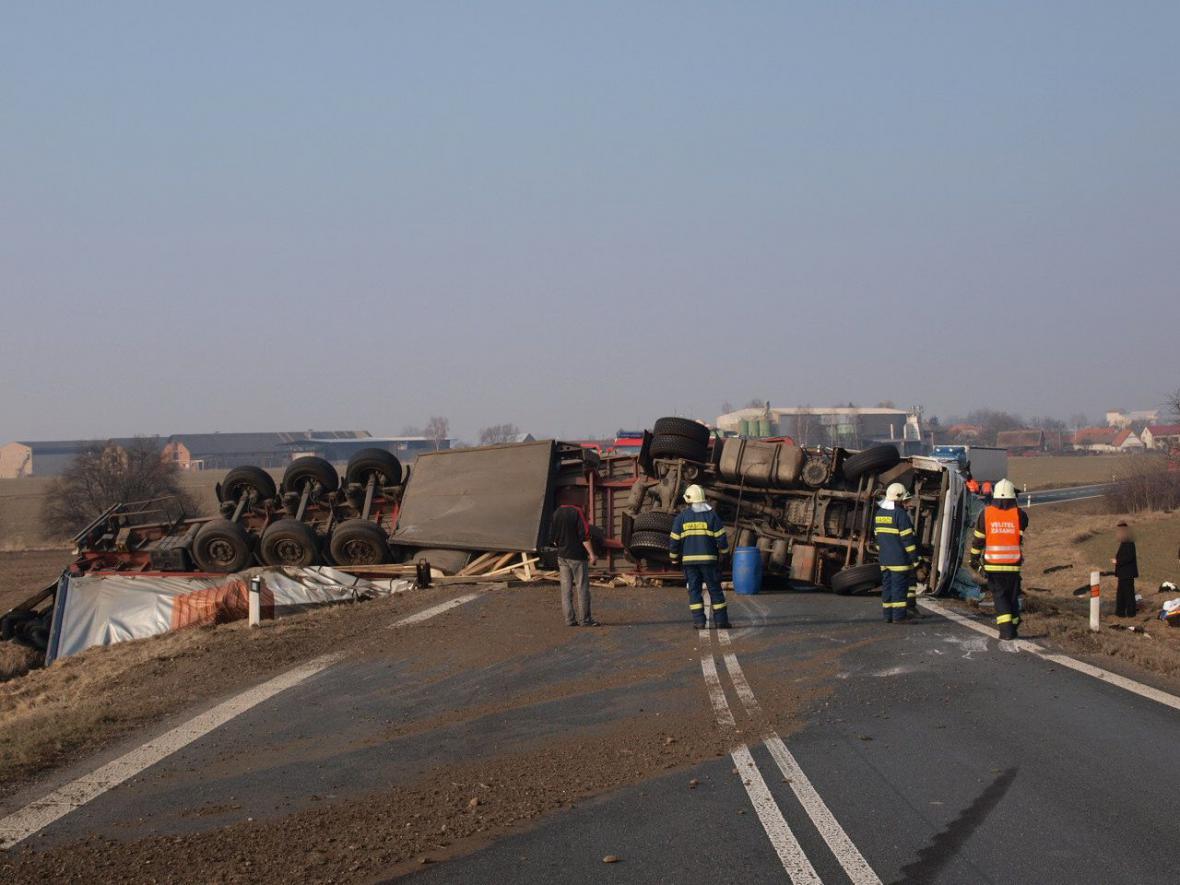 Převrácený kamion zablokoval silnici