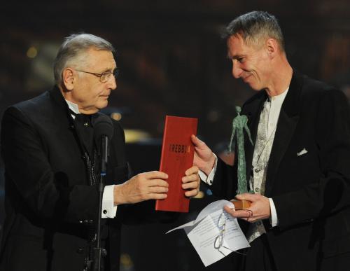 Jiří Menzel (vlevo) předává cenu Jánosu Bánovi