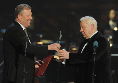 Oleg Tabakov (vpravo) při přebírání ceny Trebbia
