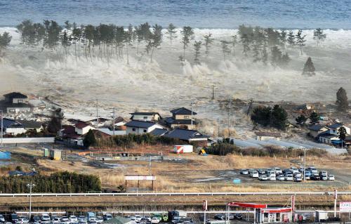 Úder tsunami na japonské pobřeží